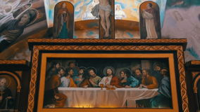 Ikone kreuzigte Lord God auf dem Kreuz und die 12 Apostel in Christian Church stock footage