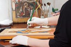 Ikone-Maler macht neue christliche Ikone Stockfoto