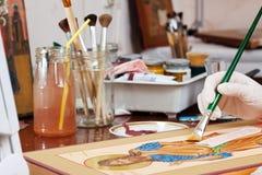 Ikone-Maler macht neue christliche Ikone mit Christus Stockbild