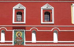 Ikone und Fenster auf roter Wand Stockfoto