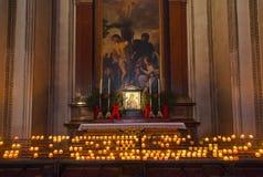 Ikone und Kerzen in der Kathedrale in Salzburg Österreich Lizenzfreies Stockfoto