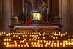 Ikone und Kerzen in der Kathedrale in Salzburg Österreich Lizenzfreie Stockbilder