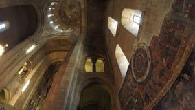 Ikonen auf georgischer Kirche der Wände stock video