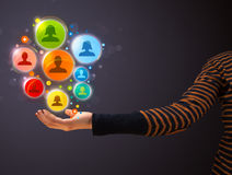 Ikonen des Sozialen Netzes in der Hand einer Frau Lizenzfreies Stockbild