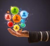 Ikonen des Sozialen Netzes in der Hand einer Frau Stockfoto