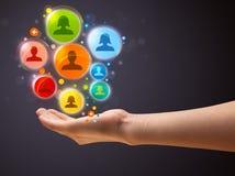 Ikonen des Sozialen Netzes in der Hand einer Frau Lizenzfreie Stockfotos