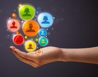 Ikonen des Sozialen Netzes in der Hand einer Frau Lizenzfreies Stockfoto