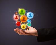 Ikonen des Sozialen Netzes in der Hand eines Geschäftsmannes Stockfotografie