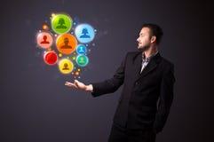 Ikonen des Sozialen Netzes in der Hand eines Geschäftsmannes Lizenzfreie Stockfotos