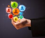 Ikonen des Sozialen Netzes in der Hand eines Geschäftsmannes Lizenzfreies Stockfoto