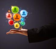 Ikonen des Sozialen Netzes in der Hand eines Geschäftsmannes Stockfotos