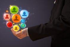 Ikonen des Sozialen Netzes in der Hand eines Geschäftsmannes Stockfoto