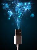 Ikonen des Sozialen Netzes, die aus elektrische Leitung herauskommen Lizenzfreies Stockfoto