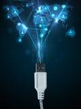 Ikonen des Sozialen Netzes, die aus elektrische Leitung herauskommen Lizenzfreie Stockfotos