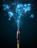 Ikonen des Sozialen Netzes, die aus elektrische Leitung herauskommen Stockfotos