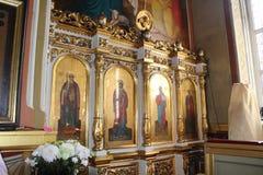 Ikonen innerhalb der orthodoxen Kirche Lizenzfreie Stockfotos