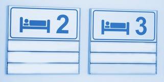 Ikonen mit Bett auf Krankenhauszeichen Stockfoto