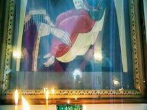 Ikonen und brennende Kerzen in einer Russisch-Orthodoxen Kirche stock footage