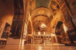 Ikonen und hohe Wände der alten Kirche mit Schongebiet und der Freskos am Shio-Mgvimekloster Lizenzfreie Stockfotografie