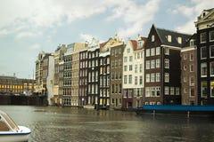 Ikonenhafte Amsterdam-Häuser auf Fluss stockfotos