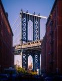 Ikonenhafte Ansicht der Manhattan-Brücke, DUMBO, Brooklyn, New York C stockfotografie