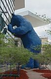 Ikonenhafte blaue Bärnskulptur, 'ich sehe, was Sie 'beim Colorado Convention Center bedeuten lizenzfreies stockfoto