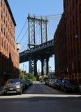 Ikonenhafte Manhattan-Brücken- und -Empire State Building-Ansicht von Washington Street in Brooklyn Lizenzfreie Stockbilder