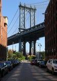Ikonenhafte Manhattan-Brücken- und -Empire State Building-Ansicht von Washington Street in Brooklyn Stockbild
