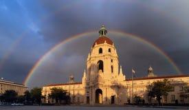Ikonenhafte PasadenaRathaus gestaltet durch einen Regenbogen stockfotografie