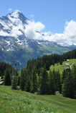 Ikonenhafte swiiss Szene mit Drahtseilbahn und Berg Lizenzfreie Stockfotos