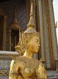 Ikonenhafte thailändische Frauen-Statue des strahlenden Golds Stockbild