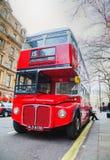 Ikonenhafter roter Doppeldeckerbus in London Stockbild