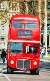 Ikonenhafter roter Doppeldeckerbus in London Lizenzfreies Stockbild