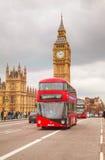 Ikonenhafter roter Doppeldeckerbus in London Stockfotos