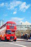 Ikonenhafter roter Doppeldeckerbus in London, Großbritannien Stockbilder