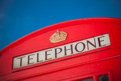 Ikonenhafter roter Telefonkasten in London stockbilder