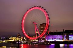 Ikonenhaftes London-Auge im Nachtlangen exosure beleuchtet Stockfotos