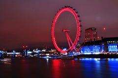 Ikonenhaftes London-Auge im Nachtlangen exosure beleuchtet Stockfotografie