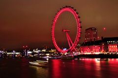 Ikonenhaftes London-Auge im Nachtlangen exosure beleuchtet Stockfoto