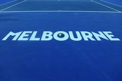 Ikonenhaftes Melbourne-Zeichen bei Rod Laver Arena mit Wilson-Tennisball mit Australian Open-Logo in der australischen Tennismitt Stockfoto
