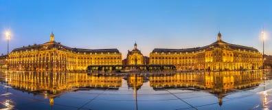 Ikonenhaftes Panorama von Place de la Bourse mit Tram und Wasser spiegelt Brunnen im Bordeaux, Frankreich wider Stockfotos