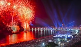 Ikonenhaftes und atemberaubendes Feuerwerk auf Copacabana-Strand, Rio de Janeiro, Brasilien stockfotografie