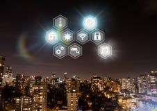 Ikonenschnittstelle des Internets von Sachen über Stadthintergrund Stockbild