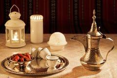 Ikonowa Abrian tkaniny herbata i daty symbolizujemy Arabską gościnność zdjęcia stock