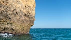 Ikonowa naturalna rockowa formacja dzwonił twarz w Praia da Marinha w Algarve, Portugalia Obrazy Royalty Free