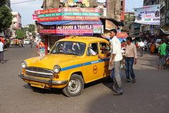 Ikonowy żółty ambassador taxi Kolkata Zdjęcia Royalty Free