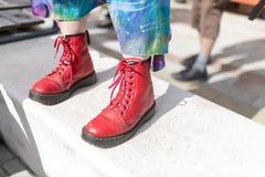 Ikonowy Brytyjski mody Dr kuny czerwieni buty zdjęcia royalty free