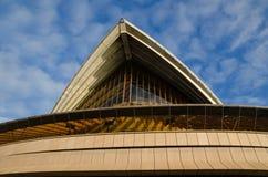 Ikonowy projekta budynek Sydney opera w frontowym kącie z chmury niebieskiego nieba dniem obraz stock