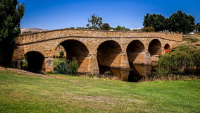Ikonowy Richmond most na jaskrawym słonecznym dniu Tasmania, Australia obraz stock