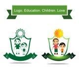 Ikony kobieta trzyma dziecka ` s rękę Zdrowy prywatne kształcenie i rodzina ilustracja wektor